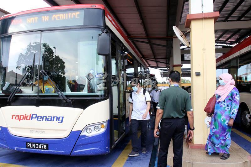 快捷通渡轮安排摆渡车免费载送乘客返回北海。