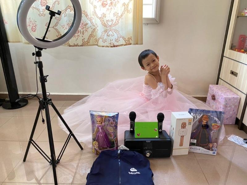 梁宇晴在收到芭蕾舞群后,非常开心地穿上拍照。