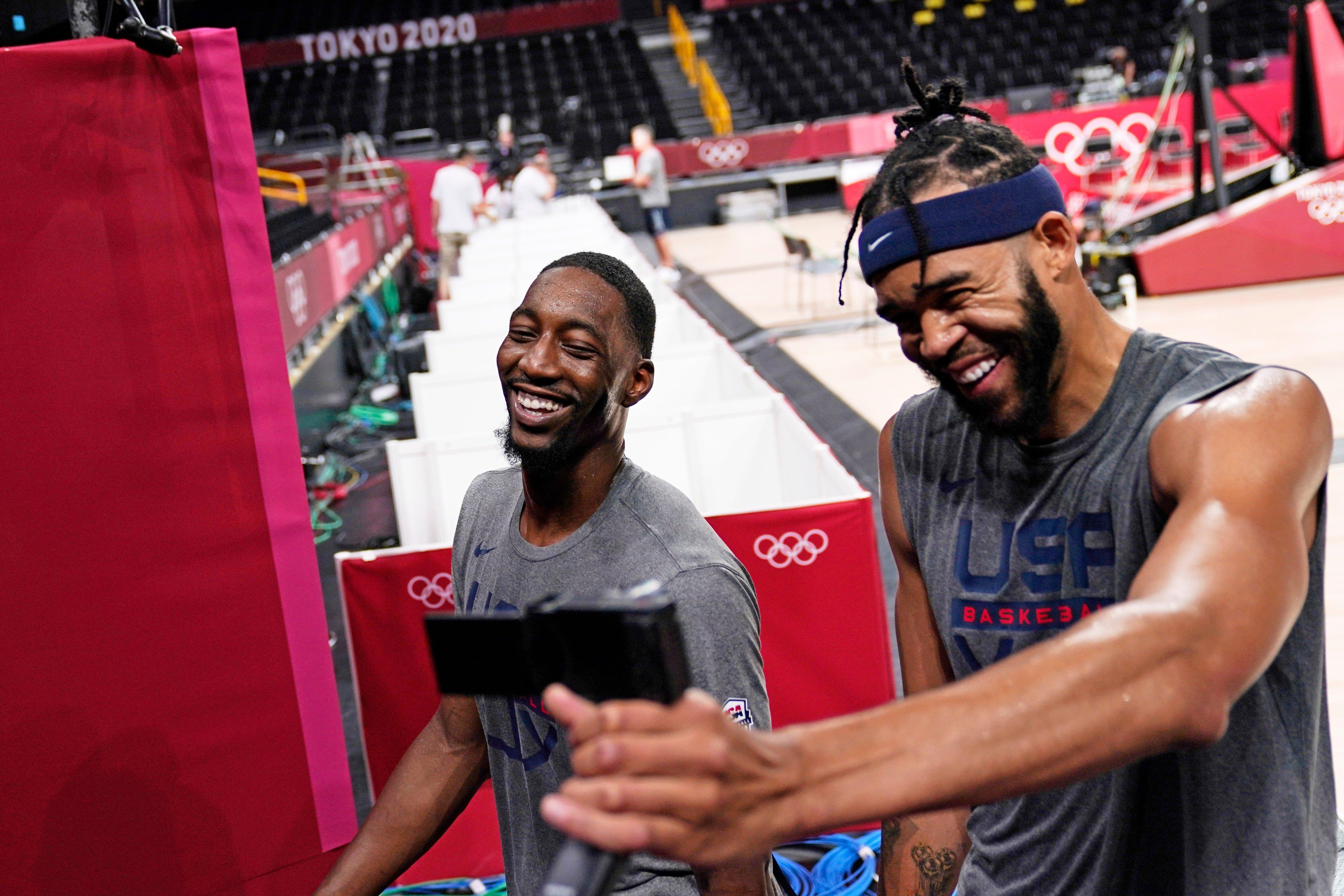 美国男篮两大中锋阿德巴约(左)和麦基,在东奥球场结束训练后高兴地合影。(美联社照片)